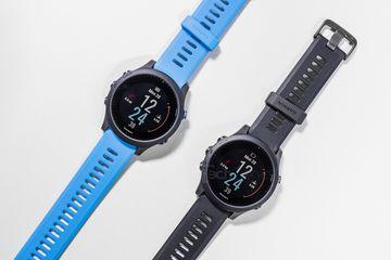 Garmin Forerunner 945 so với 935: Đồng hồ chạy bộ nào xứng đáng hơn?